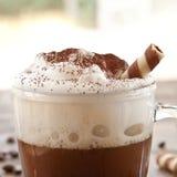 Kop van koffie met romig melkschuim stock afbeelding