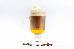 Kop van koffie met room en likeur gegoten lagen Stock Foto