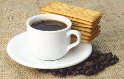 Kop van Koffie met Roomcrackers die wordt begeleid Royalty-vrije Stock Fotografie