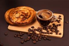 Kop van koffie met smakelijk broodje royalty-vrije stock foto's