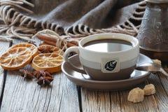 Kop van koffie met suiker en kruiden en een houten doos met korrels Stock Afbeeldingen