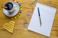 Kop van koffie met suikergoed royalty-vrije stock afbeelding