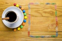 Kop van koffie met suikergoed royalty-vrije stock foto's