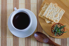 Kop van koffie met tarwecracker in ontbijttijd Royalty-vrije Stock Afbeelding