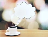 Kop van koffie met toespraakbel op houten lijst Royalty-vrije Stock Fotografie