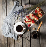 Kop van koffie met toosts en lavander bladeren rustic stock fotografie