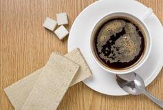 Kop van koffie met wafels op een lijst Stock Foto's