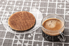 Kop van koffie met wafeltje op de horizontale hulpachtergrond Stock Foto