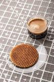 Kop van koffie met wafeltje op de hulp achtergrondverticaal Stock Afbeeldingen