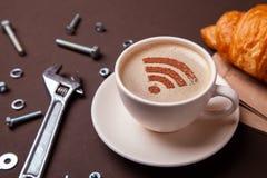 Kop van koffie met WiFi-teken op het schuim Vrije toegangspunt aan Internet WiFi Het concept van de reparatiedienst Technische on stock afbeelding