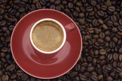 Kop van koffie op bonen Stock Afbeeldingen