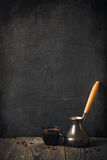 Kop van koffie op bord Stock Foto