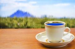Kop van koffie op de achtergrondaard stock foto's