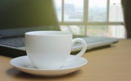 Kop van koffie op de houten vloer en Vage bac van het slaapkamervenster Stock Foto