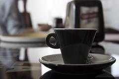 Kop van koffie op de lijst met mensen Stock Afbeeldingen