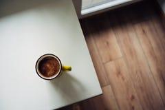 Kop van koffie op de venstervensterbank op een zonnige dag Mening van hierboven royalty-vrije stock fotografie