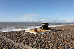 Kop van koffie op de waterkant Stock Fotografie