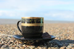 Kop van koffie op de waterkant Royalty-vrije Stock Foto's
