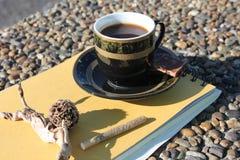 Kop van koffie op de waterkant Stock Afbeelding