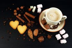 Kop van koffie op donkere achtergrond Royalty-vrije Stock Afbeeldingen