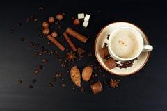 Kop van koffie op donkere achtergrond Royalty-vrije Stock Fotografie