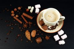 Kop van koffie op donkere achtergrond Stock Foto