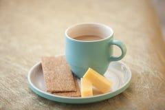 Kop van koffie op een gouden achtergrond Royalty-vrije Stock Foto's