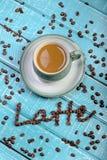 Kop van koffie op een houten achtergrond royalty-vrije stock afbeeldingen