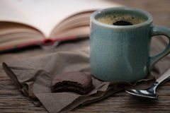 Kop van koffie op een houten bureau royalty-vrije stock afbeeldingen