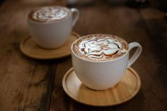 Kop van koffie op een houten lijst Stock Afbeeldingen