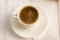 Kop van koffie op een houten oude raad Stock Afbeeldingen