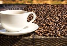 Kop van koffie op een houten oude raad Stock Afbeelding