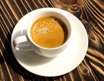 Kop van koffie op een houten oude raad Stock Fotografie