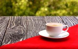 Kop van koffie op een houten oude raad Stock Foto's