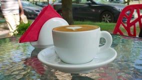 Kop van koffie op een lijst stock videobeelden