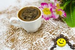 Kop van koffie op een lijst met koffiebonen wordt behandeld die Royalty-vrije Stock Foto's