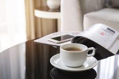 Kop van koffie op een rondetafel met bank in woonkamer Royalty-vrije Stock Afbeelding