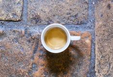 Kop van koffie op een rustieke vloer Stock Foto's