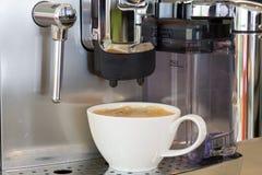 Kop van koffie op een witte achtergrond (die met weg wordt geïsoleerdk) Stock Fotografie