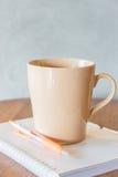 Kop van koffie op eenvoudig het werklijst Stock Foto's