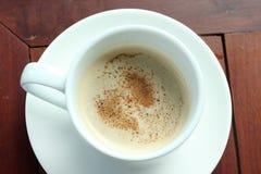 Kop van koffie op houten die lijst, vanaf bovenkant wordt gezien Stock Foto's