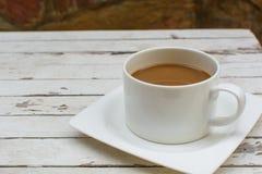 Kop van koffie op houten lijst Stock Foto's