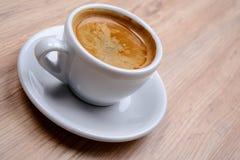 Kop van koffie op houten lijst Stock Afbeeldingen