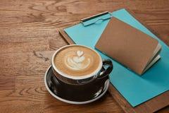 Kop van koffie op houten lijst Stock Foto