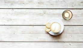 Kop van koffie op houten lijst, hoogste mening Royalty-vrije Stock Foto