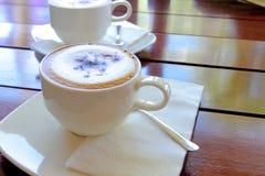 Kop van koffie op houten lijst, Hoogste mening een kop van koffie Stock Foto