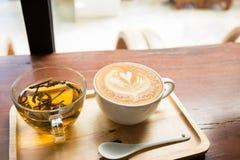 Kop van koffie op houten lijst met kop thee Royalty-vrije Stock Afbeelding