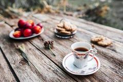 Kop van koffie op houten lijst openlucht Stock Foto