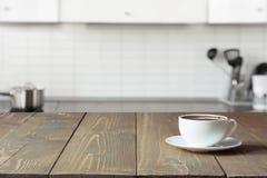 Kop van koffie op houten raad Vage keuken als achtergrond Stock Foto