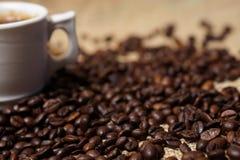 Kop van koffie op koffiebonen Royalty-vrije Stock Afbeeldingen